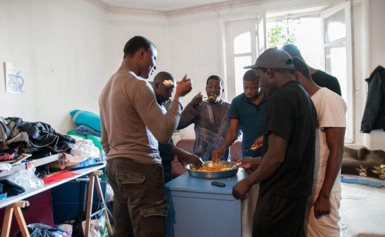 Aboubakari au squatt - l'Établi des ateliers du social sur-mesure
